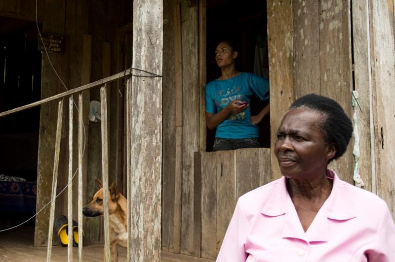 La esperanza siempre se mantiene y la mirada fija ante los milagros de la vida; Araceli, su nieta Lina y su mascota en su vivienda listas para salir a su trabajo.
