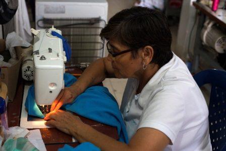 Luz Marina Uscátegui, representante legal de ACODEMA (Asociación Comunitaria de Confecciones Deportivas Mujeres en Acción) en su taller en Puerto Asís, Putumayo. @ Juan Manuel Barrero.