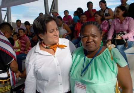 A María Estela la acompaña la Profesora Olga Lucía Arbeláez, coordinadora UPB en el Putumayo
