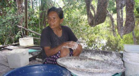 Rosa Andrade Ocagane en su casa en la comunidad Nueva Esperanza