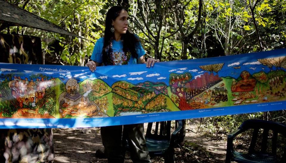 La artista Inty-Maleywa, una guerrillera de las FARC que utiliza el nombre de Malena Laverde, muestra una serie de pinturas sobre el conflicto en Colombia el pasado lunes, 3 de enero de 2017, en un campamento de Conejo, departamento de La Guajira (Colombia). Ricardo Maldonado Rozo EFE