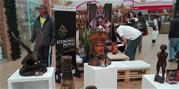 Carlos Mutumbajoy, uno de los protagonistas de esta crónica, tiene 36 años de edad y una historia dramática ligada al conflicto, pero con final feliz. Cortesía: Artesanías de Colombia