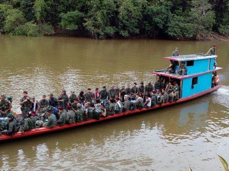 uerrilleros en putumayo transportándose por aguas del rio caquetá, para puerto rosario putumayo