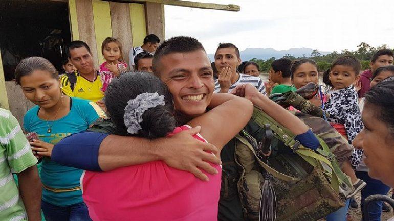 Reencuentro de una mamá con su hijo en Puerto Rosario, Caquetá.   Foto: NC Noticias.