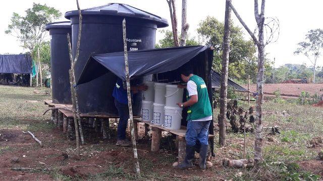 Técnicos de aguas Mocoa, verificando la potabilidad del agua que se consume en la zona veredal