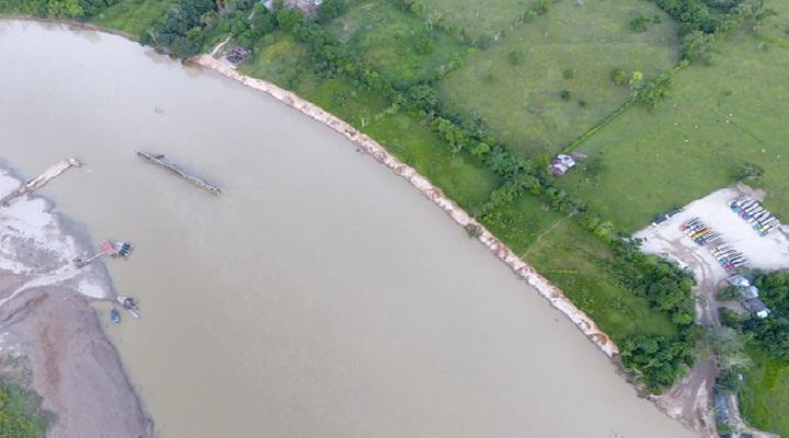 Muro en el centro del río. Foto: Secretaría de Gob. Puerto Asís.