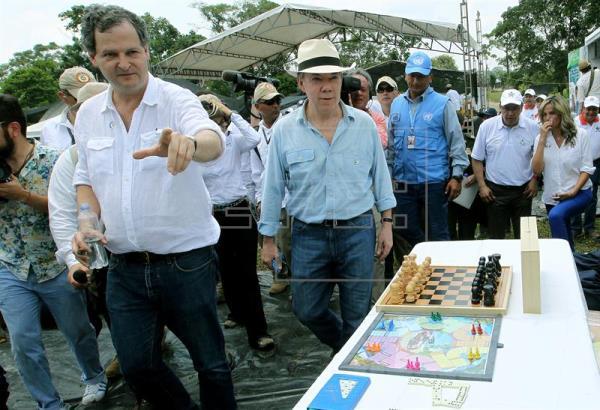 El presidente de Colombia, Juan Manuel Santos (c), y el alto comisionado para la paz, Sergio Jaramillo (i), observan algunos de los elementos que entrega el Departamento Administrativo del Deporte la Recreación, la Actividad Física y el Aprovechamiento del Tiempo Libre (Coldeportes) a miembros de las FARC el 20 de febrero de 2017, a la Zona Veredal Transitoria de Normalización (ZVTN) La Carmelita, en el departamento de Putumayo (Colombia). EFE