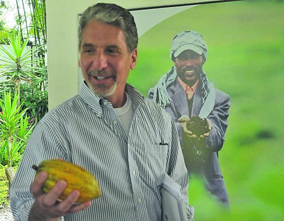 Kevin Whitaker, embajador de EE.UU. en Colombia, dijo en su visita al Ciat, en Palmira, que el cultivo del cacao es una oportunidad de desarrollo para el país. José L. Guzmán / El País