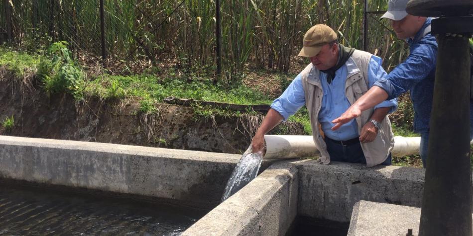 El gerente de la reconstrucción de Mocoa, verificando el trabajo en el acueducto Foto: Ministerio de Defensa