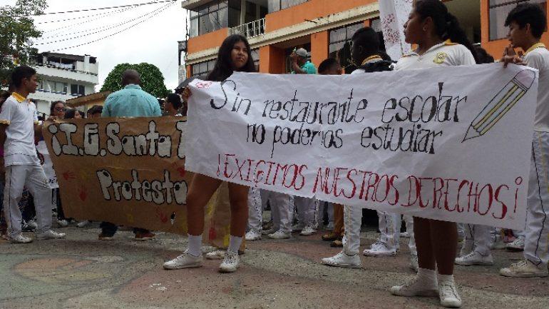 Estudiantes protestan frente a la Alcaldía de Puerto Asís. | Foto: Julián Andrade.