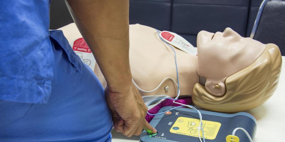 El desfibrilador sirve para generar pulsos eléctricos que se descargan sobre el corazón. Foto: 123RF