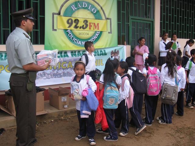 La Policía Nacional entrega útiles escolares a niños de tres planteles educativos en el Putumayo.