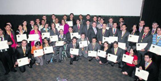 Premian a los mejores estudiantes de colegios y universidades del país