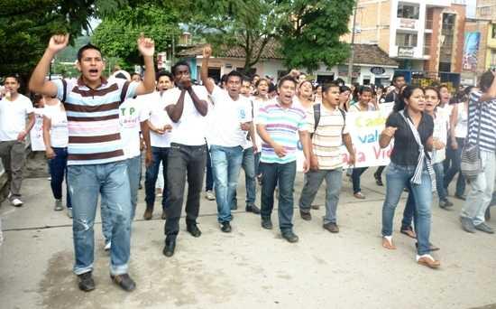 Estudiantes marchan para exigir seguridad
