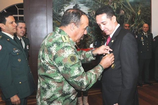 Ejército Nacional condecora al representante Fernando Ochoa