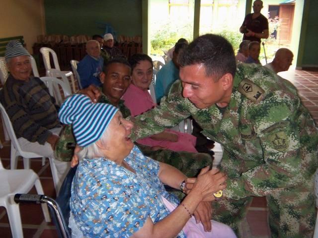 Adultos mayores de Mocoa, reciben con alegría visita de los soldados de la Brigada de Selva Nº 27