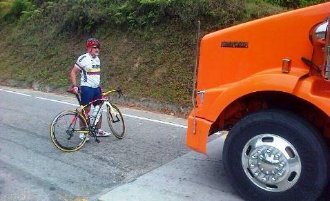Alcalde de Pitalito obstaculizó con su bicicleta tránsito de Tractomulas que violaron restricción