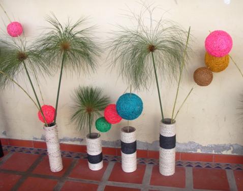 Aprendices realizan artesanías con material reciclable