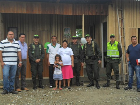 Policía Putumayo en Puerto Caicedo, construye vivienda a familia víctima de desplazamiento