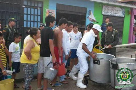 Policía en Mocoa surte de agua a habitantes de barrios afectados por daño en acueducto