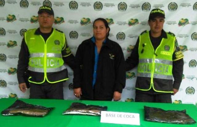 Mujer llevaba tres kilos de coca en su faja