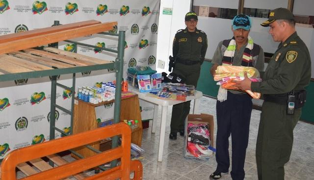 Policía Putumayo entrega ayuda humanitaria a familia campesina en Mocoa