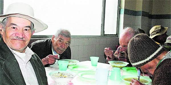 Firmas cuestionadas por comida escolar atendieron a adultos mayores