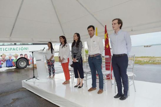 China dona buses sostenibles y tecnología solar a Colombia