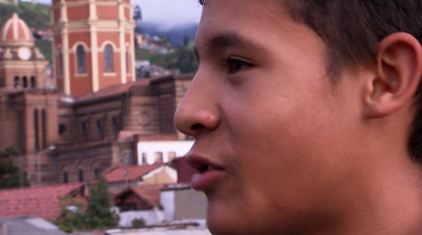 Santiago, un joven que combate la violencia con dedicación y estudio