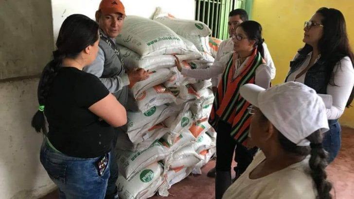 Con insumos pecuarios Gobernadora continúa entregas de Asambleas de Presupuesto Participativo en Mocoa