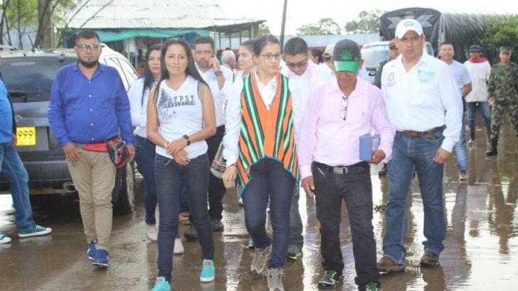 Gobernadora escucha habitantes de La Tagua ante emergencia invernal