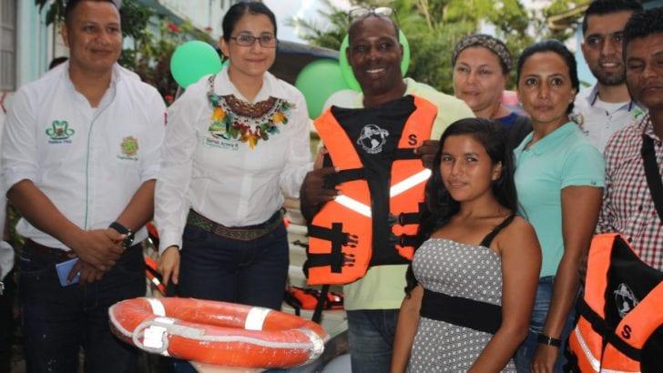 Gobernadora entrega botes a instituciones rurales y anuncia obras de infraestructura educativa en Leguízamo