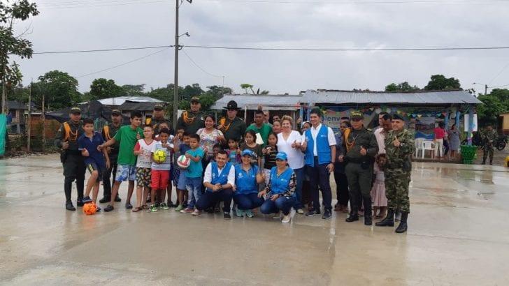 Soldados de la mano con la comunidad construyen placa deportiva en el sur del Putumayo
