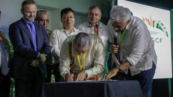 El Ministerio de Ambiente y Desarrollo Sostenible firma pacto por  los bosques y el clima de la región Amazónica