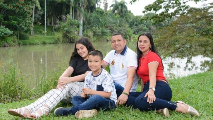 Colombia está constitucionalmente definida como democrática, participativa y pluralista.
