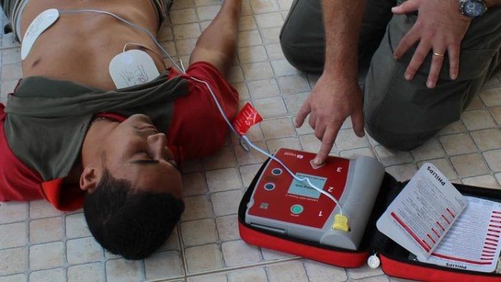 Presidente firma decreto para el uso de desfibriladores cardíacos en espacios públicos