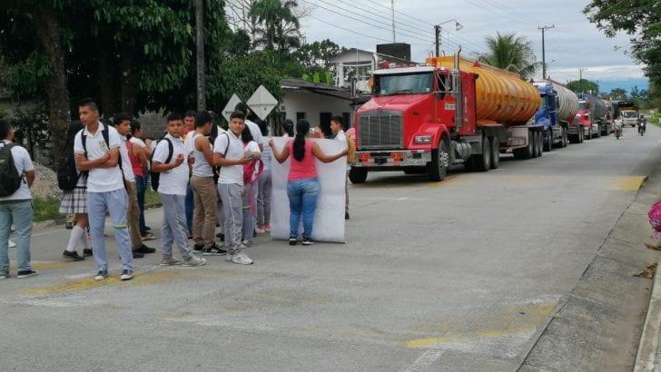 Estudiantes de la IE La Concordía bloquean vía en el Valle del Guamuéz