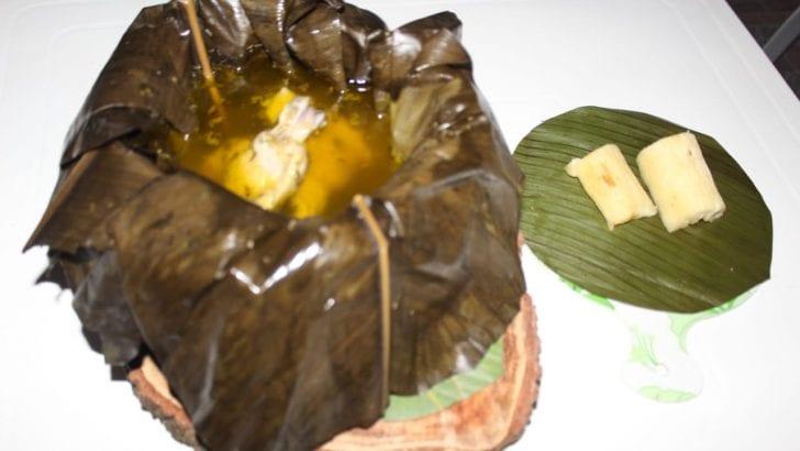 Caldo de gallina criolla en hojas de Bijao, plato ganador en «Sabores de mi Putumayo»